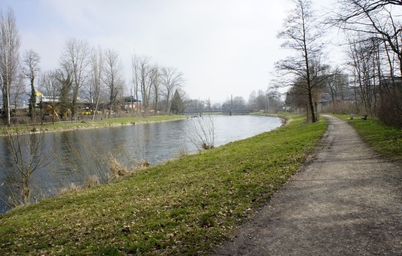 Der Limmat entlang Zürich entgegen