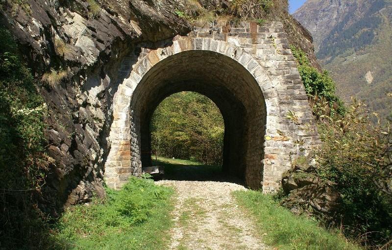 Graubünden: Misox: Verschwundene Eisenbahn und Marroni