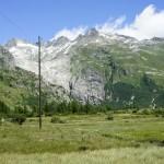 Überrest des Rhonegletschers und die Passstrasse daneben