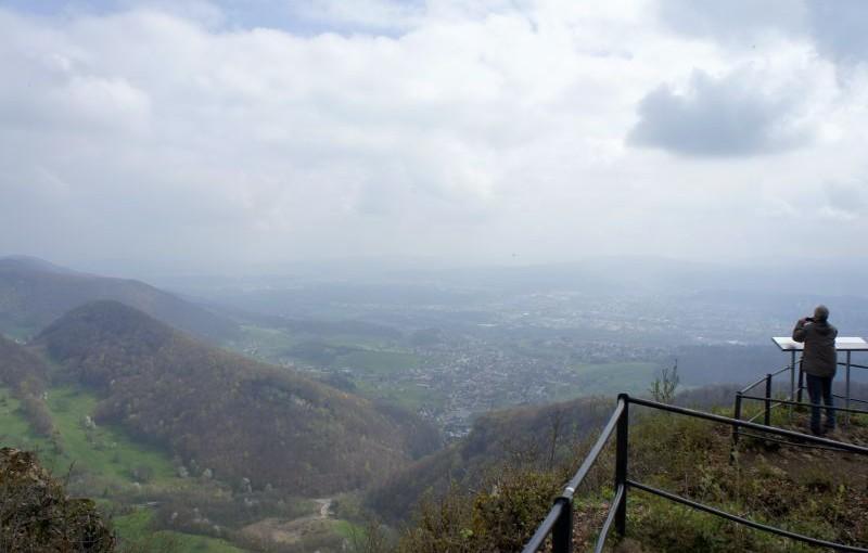 Salhöhe – Aarau: Fernsicht und Tulpen zum Sitzen.