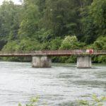 Ruhebänke auf der Brücke