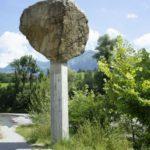 Mahnmal für die Kraft des Wassers - Die Unterkante des Steines markiert den Höchststand des Sarnersees 2005