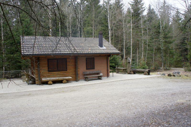 Lauschiges Waldhaus mit Rastplatz