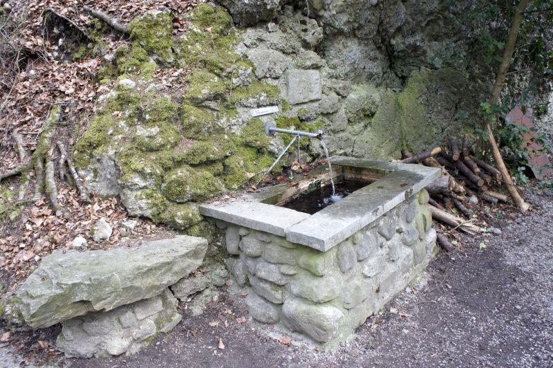 Brunnen, kein Trinkwasser, beim Rastplatz Felsen